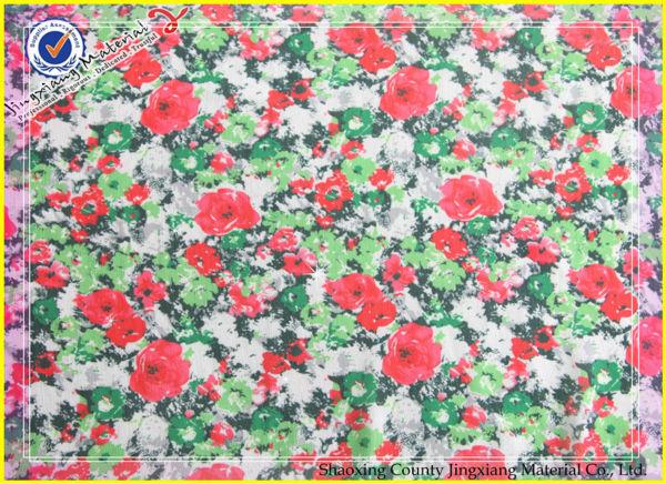 Bialy i czerwony kwiat drukowane tkaniny