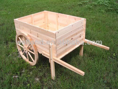 Planteadas las camas del jard n de madera y tablas de for Carros de madera para jardin