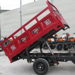 Petrol three wheel motorcycle/cargo cabin tricycle with hydraulic lift/self dumping tricycle