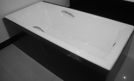 Petit bain dimension porcelaine b b baignoire petite goutte dans la baignoire baignoire bains for Petite baignoire profonde