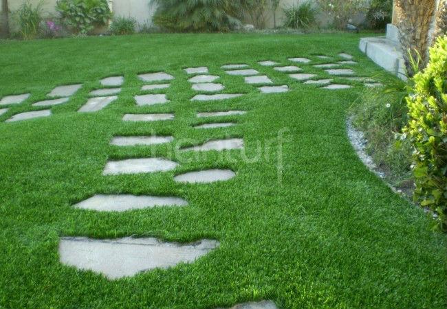След окружает поддельные трава
