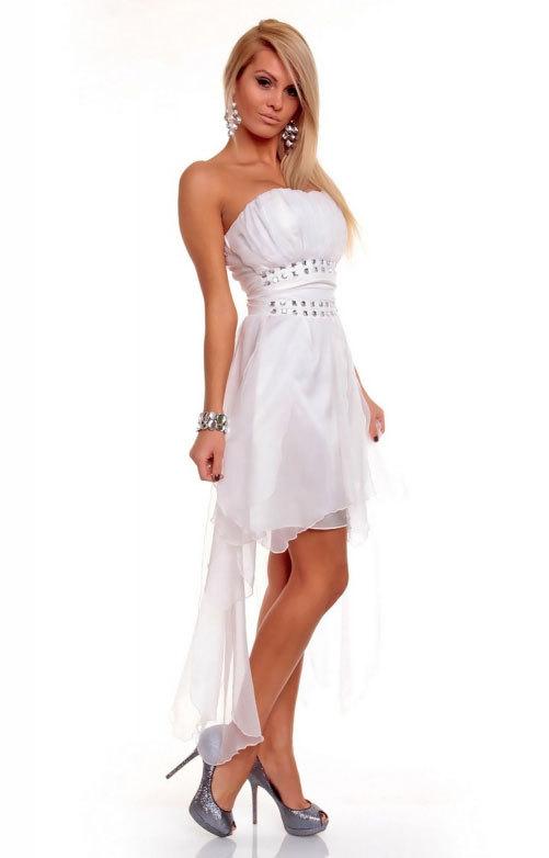 Белое платье со шлейфом украшенное на поясе