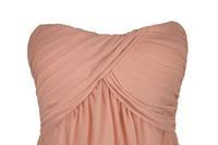 Одетьйте вверх грудь, вытирая груди платье