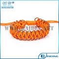 enveloppe orange avec bracelet en tissu d'or