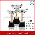 trofeo montado con piezas de trofeo de plástico y taza del trofeo del metal