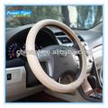 Mano blanca- de punto de dirección del coche cubierta de la rueda
