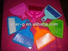 recogedor de plástico con un cepillo conjunto