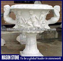 de mármol del niño fuente de agua estatua en el parque de atracciones