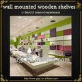 los nombres de las tiendas de zapatos con bolsas montado en la pared estante de madera