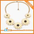 esmalte de color beige multi collar de flores