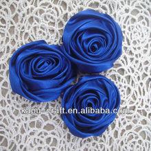 satén de color sólido en forma de roseta de flores