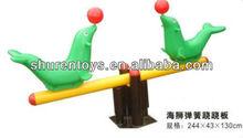 Al aire libre los niños subibaja de metal, colorido de los animales sube y baja