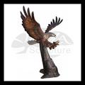 Bronce águila atrapando peces fuente