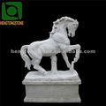 blanco mármol de la escultura caballo con la base