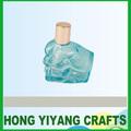 mano en forma de botella vidrio