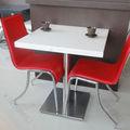 白の豪華なファーストフードのテーブルと椅子
