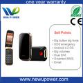 teléfono celular básico para las personas mayores con la luz de la antorcha