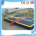 las personas 4 plaza profesional al aire libre de gimnasia de trampolín