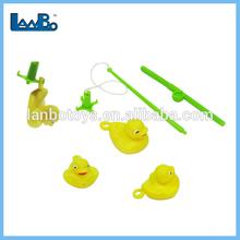 los niños pequeños de pesca pato de juguete del juego