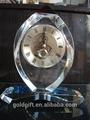 melocotón y platillo con forma de reloj de cristal con base de cristal