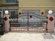 decorar jardín puerta de hierro