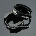 La moda de acero quirúrgico pendientes de aro de los hombres el patrón de grabado negro pendientes huggies he-096