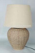 La mesa cubierta de la lámpara/material natural