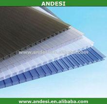 aislados con techo de plástico transparente