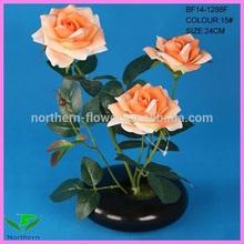 en maceta artificial flor color de rosa
