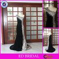 Un vestido de noche elegante moldeado hombro negro de terciopelo