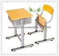 Escritorio del estudiante de madera y una silla
