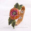 hecho a mano de flores de cuero pulsera