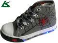 corte de alta la luz hasta los zapatos de lona para los niños