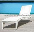 muebles al aire libre junto a la piscina tumbona de mimbre