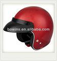 media cara compite con el casco rojo de la motocicleta