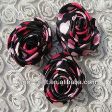 colorido diseño hecho a mano de pequeñas rosas de satén