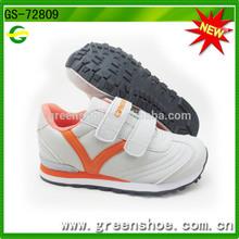 nueva llegada de los niños zapatos del deporte