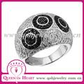 anillo compromiso plata dibujo de círculos negro y blanco
