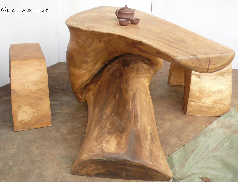 Continua la raccolta di tavoli in legno grezzo iniziata con il ...