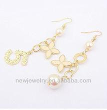 E1115 Elegant number 5 and white flower long earrings
