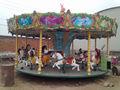 grandes aparelhos mecânicos com assentos para crianças de passeio no carrossel de fotos