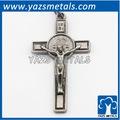 por encargo de metal la decoración retro de la cruz cristiana