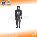 la policía antidisturbios de equipos de control de uniforme militar