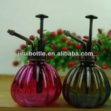 Bouteille en verre d'eau avec pompe de pulvérisation et verre arrosoir