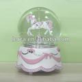 Polyresin+glass 100mm de rotación de la música de color rosa globo de agua, caballo 2014 globo de nieve