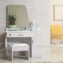 estilo simple tocador de madera y una silla