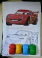 Lápices de colores y dibujos en papel