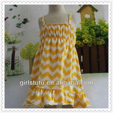 ร้อนขายcssualบั้งกะชุดเด็กวัยหัดเดินปาเก็ตตี้สายสีเหลืองสีขาวซิกแซกชุดครุยตราเด็กสวมใส่ในช่วงฤดูร้อน