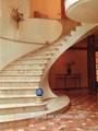 hotel de lujo de diseño natural de mármol color beige de acrílico y escaleras vertical