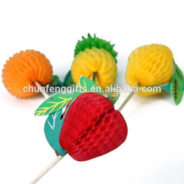 عصا كوكتيل الفاكهة مع ورقة الزخرفية للديكور الطرف